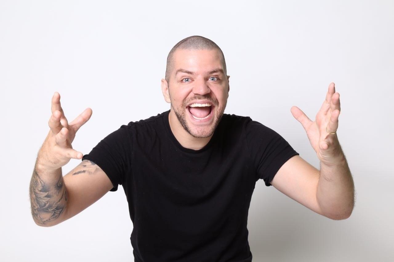 9e21bbab7 Victor Sarro apresenta stand up comedy em Goiânia - Goiânia