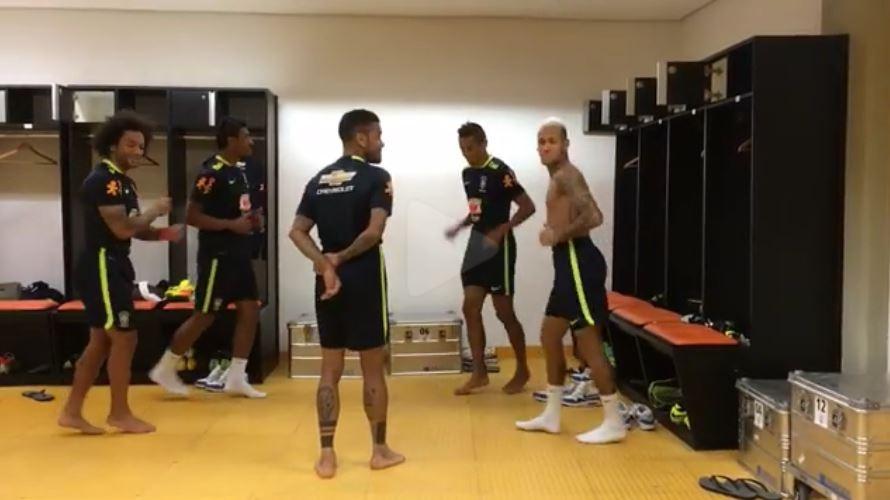 ... colegas no vestiário e vídeo ganha a internet. Neymar aparece dançando  ao lado de Marcelo c9a0fbaaf8300