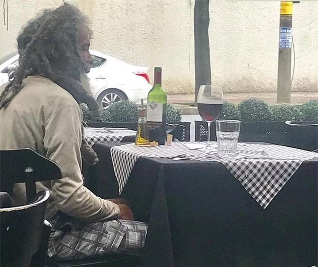 Resultado de imagem para morador de rua no restaurante