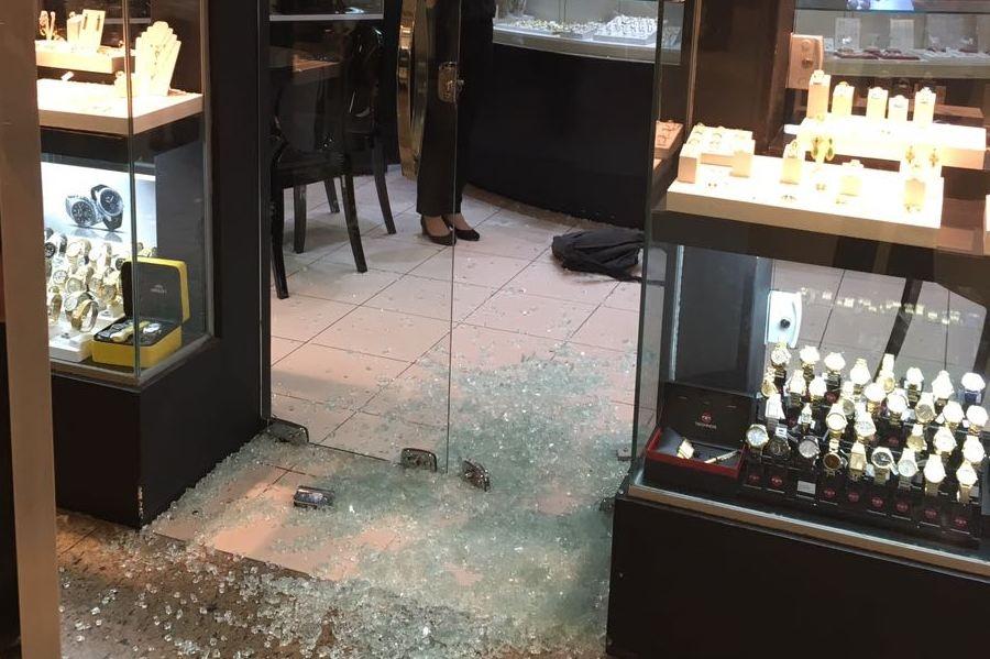 560f0274ce0 Joalheria em shopping de Goiânia é assaltada e bandidos fazem refém ...