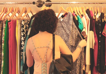 Renove o guarda-roupa sem gastar nada em bazar de trocas com entrada gratuita