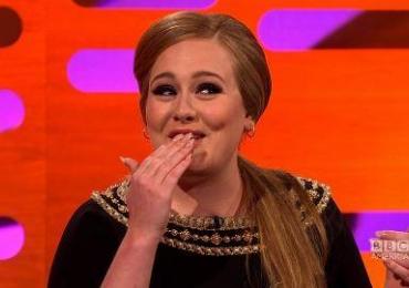 Pegadinha do ano: Adele se disfarça de cover de Adele com fãs e o resultado incrível