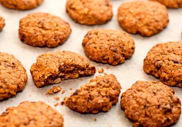 Aprenda a fazer cookies de banana com aveia e canela