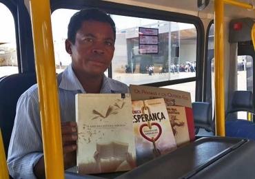 Cobrador monta biblioteca em ônibus para atender passageiros de graça