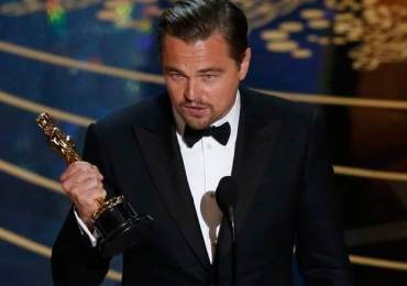 Leonardo DiCaprio esquece Oscar em restaurante; assista ao vídeo