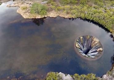 Conheça a lagoa furada na Serra da Estrela em Portugal vista por um drone