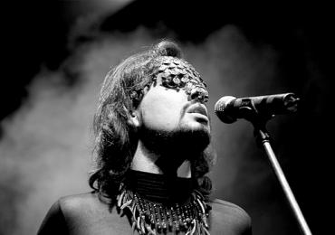 Premiado cantor pernambucano Johnny Hooker faz show gratuito em Goiânia