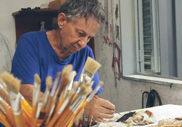 Conheça o trabalho de Gibran, artista goiano que pinta o mundo em um grão de arroz