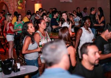 Casa de shows de Goiânia tem noite de karaokê