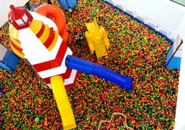 Brasília tem piscina gigante de bolinhas para crianças e adultos