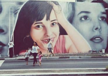 Glória Perez mostra painel de grafite em homenagem à filha Daniella Perez