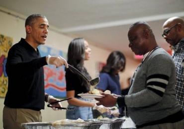 Barack Obama serve comida a pessoas carentes e veteranos de guerra em Dia de Ação de Graças; veja o vídeo