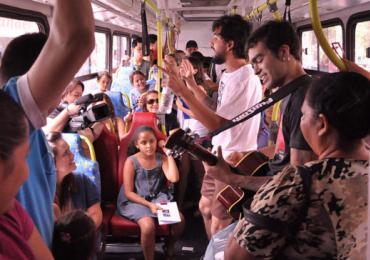 Projeto leva arte para passeio nos coletivos de Goiânia
