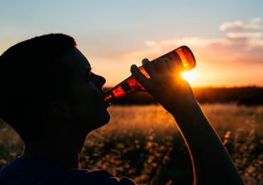 Empresa procura candidato para viajar o mundo bebendo cerveja com salário de R$43 mil