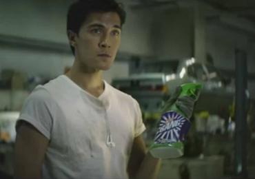 Marca de produto de limpeza quebra paradigmas com comercial protagonizado por homem. Veja o vídeo: