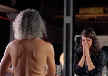 Fotógrafa tira a roupa em frente a famosos em um encontro surpreendente e emocionante. Assista!