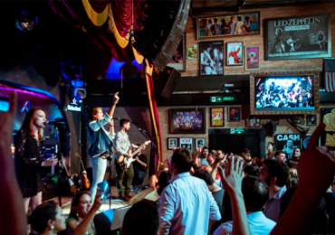 Hits dos anos 80 embalam festa temática no Bolshoi Pub em Goiânia