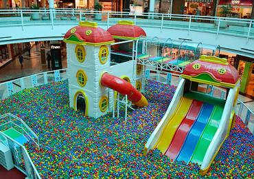 Shopping inaugura piscina gigante de bolinhas em Goiânia