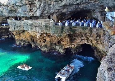 Conheça o incrível restaurante romântico que fica dentro de uma caverna à beira mar