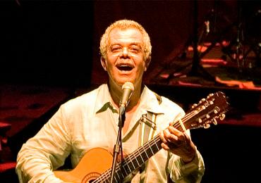 Ícone da música goiana, Tonicesa Badu faz show no Teatro Sesi