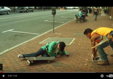 Este garoto cai de skate e quando um homem vai ajudá-lo, uma reação em cadeia se inicia
