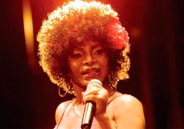 Elza Soares, a voz rouca do samba, faz show em feijoada beneficente em Goiânia