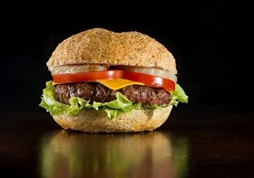 Natureba: hambúrguer vegano, salada funcional e massa integral no novo cardápio fit do Madero