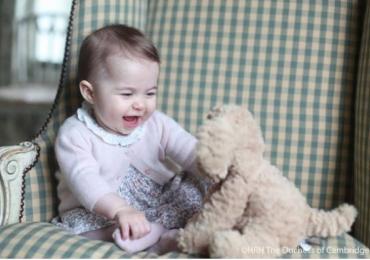 Família real britânica divulga novas fotos da fofa princesa Charlotte