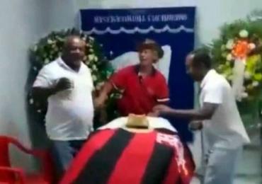 Velório é feito em bar com samba, cerveja liberada e festa; assista ao vídeo