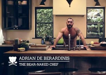 Chef ensina suas receitas totalmente nu