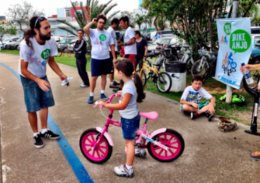 Bike Anjo ensina adultos e crianças a andar de bicicleta na Praça Cívica