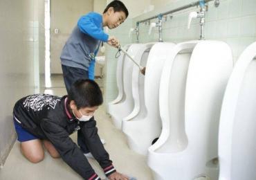 Alunos limpam até banheiro da escola no Japão para valorizar patrimônio público