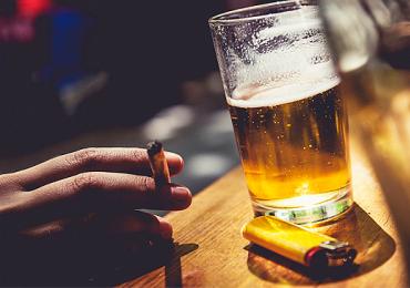 Estudo revela porque beber aumenta a vontade de fumar