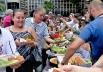 'Banquetaço' em Goiânia doa refeição para mais de 1000 pessoas