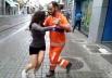 Gari 'pé de valsa' para dançarina na calçada do Rio de Janeiro e dá uma verdadeira aula de dança