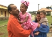 Pai faz fantasia de princesa com sacolas para a filha e história tem final emocionante