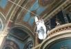 Padre faz entrada triunfal na missa chegando de tirolesa