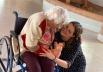 Lar de idosos de Goiânia recebe tarde recheada de doces, presentes, música e cuidados de beleza