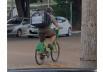 Entregador aluga bicicleta para trabalhar com aplicativo de pedidos em Goiânia