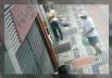 Homem é flagrado jogando dinheiro nas ruas de Belo Horizonte
