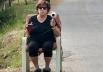 Esta senhora enganando motoristas viralizou na redes sociais: 'secador virou radar'