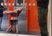 Cliente faz posição de Yoga dentro de agência bancária em Alto Paraíso (GO) e foto repercute