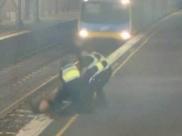 Vídeo mostra mulher sendo resgatada de trilhos segundos antes do trem passar