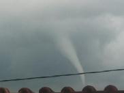 Vídeo mostra formação de nuvens semelhante a tornado em cidade de Minas Gerais