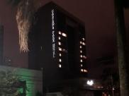 Hotel de Goiânia acende luzes como mensagem de otimismo e 'Fé' durante pandemia