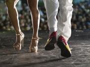 Casal de dançarinos premiados vêm a Uberlândia ensinar como sambar de verdade