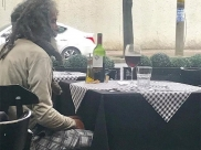 Morador de rua paga almoço em restaurante de luxo e atitude do estabelecimento conquista a internet