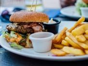 Festival em Goiânia oferece hambúrguer, batata frita e refrigerante à vontade