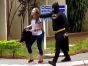 Pai surpreende a filha na escola ao buscá-la vestido de batman em Goiânia