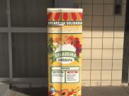 Geladeira solidária instalada no DF ajuda pessoas com alimentos deixados para doação